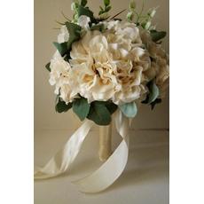 Novi 2017 držala za rože bež obleko bele barve z roko v roki