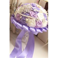 Purple tema poroka nevesta šopek vrtnic diamant biser roke vzeli cvetje