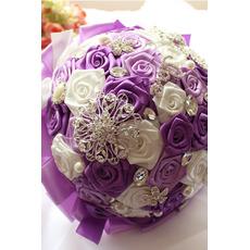 Nevesta trak povečal biserno barvo traku trak drži cvetje