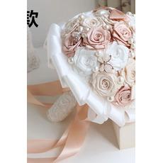 Pearl diamant z nevesto, ki imajo cvetje trak vrtnice družica šopek